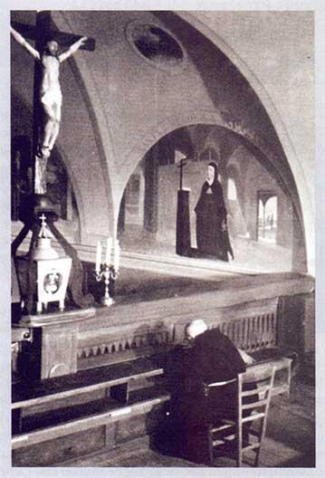 S. Veronica dinanzi al Crocifisso, vicina al Crocifisso della stimmatizzazione di san Pio da Pietrelcina (S. Giovanni Rotondo, Chiesa di S. Maria delle Grazie)
